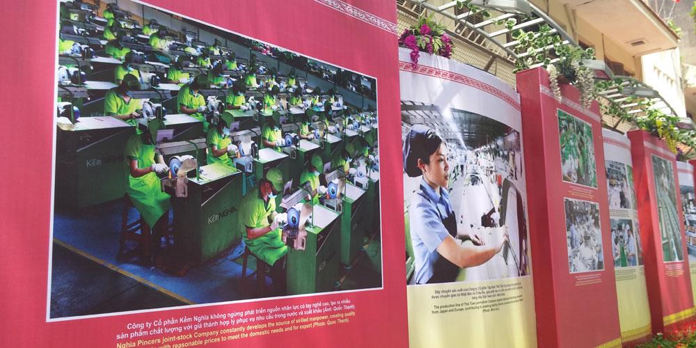 ベトナム・ホーチミン市1区 ドンコイ通り 文化体育観光省の壁の展示
