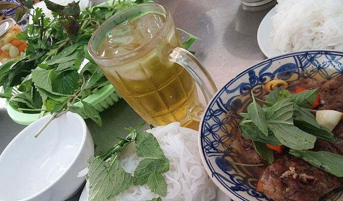 ベトナム・ホーチミン市。訪問先の近くの食堂で昼食