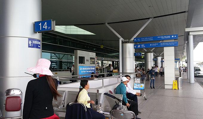 ベトナム・ホーチミン市。ホーチミン・シティ。タンソンニャット国際空港。出発ロビーフロアの外。