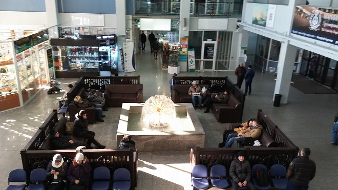 ロシア・ウラジオストク港フェリー旅客ターミナル 二階から見た一階中央待合室