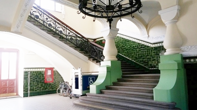 ロシア。シベリア鉄道・ウラジオストク駅 プラットフォームへの階段