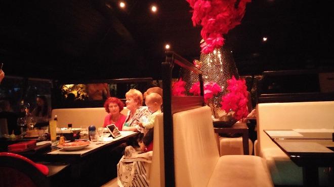 ロシア。レストランZuma・ウラジオストク 2階の店の正面側 店内