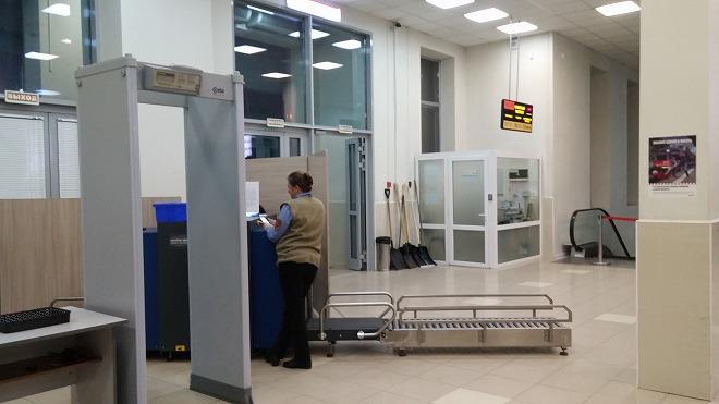 ロシア・ウラジオストク。アエロエクスプレス駅入り口の手荷物検査装置