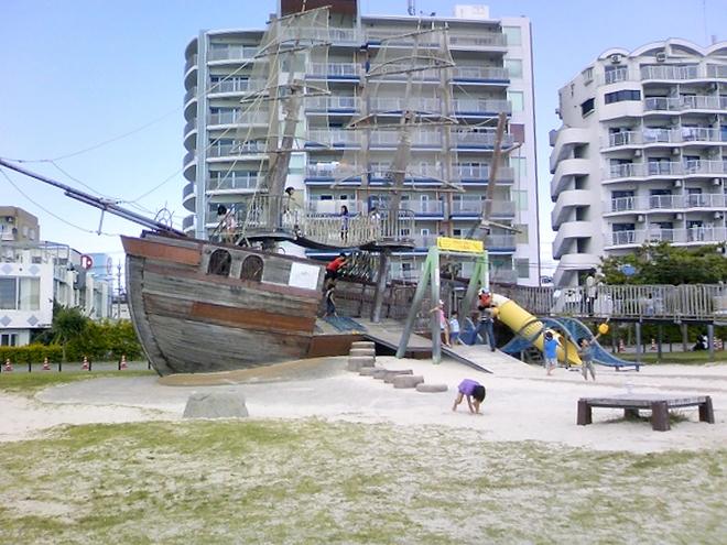 北谷町 安良波(アラハ)公園 英国東インド会社の帆船「インディアン・オーク号」を模した遊具