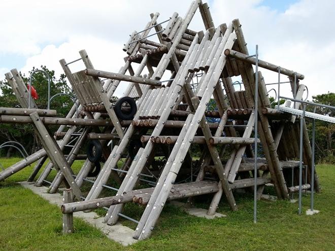 「照山森林公園の木製の遊具」渡嘉敷島