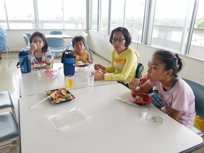 沖縄県総合運動公園レクリエーションプール 管理事務所棟2階の休憩所