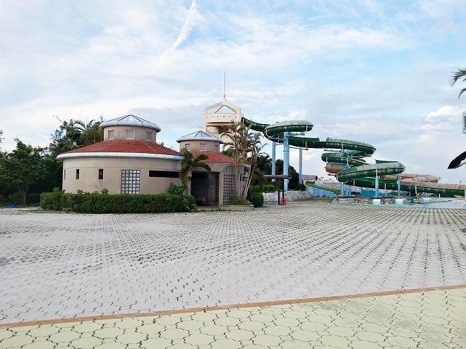沖縄県総合運動公園レクリエーションプール 2基の回転式ウォータースライダー