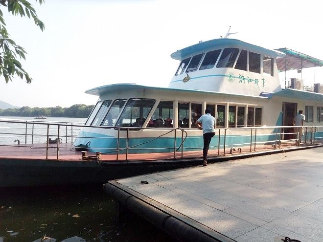 中華人民共和国・杭州西湖 大型ボート。