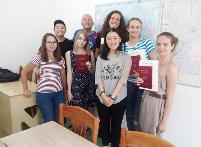 2016年 中国 上海外国語大学 夏季中国語留学 修了時点でのクラスメイトと先生