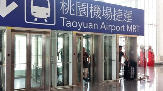 台湾 桃園国際空港 MRT駅に行くエレベーター