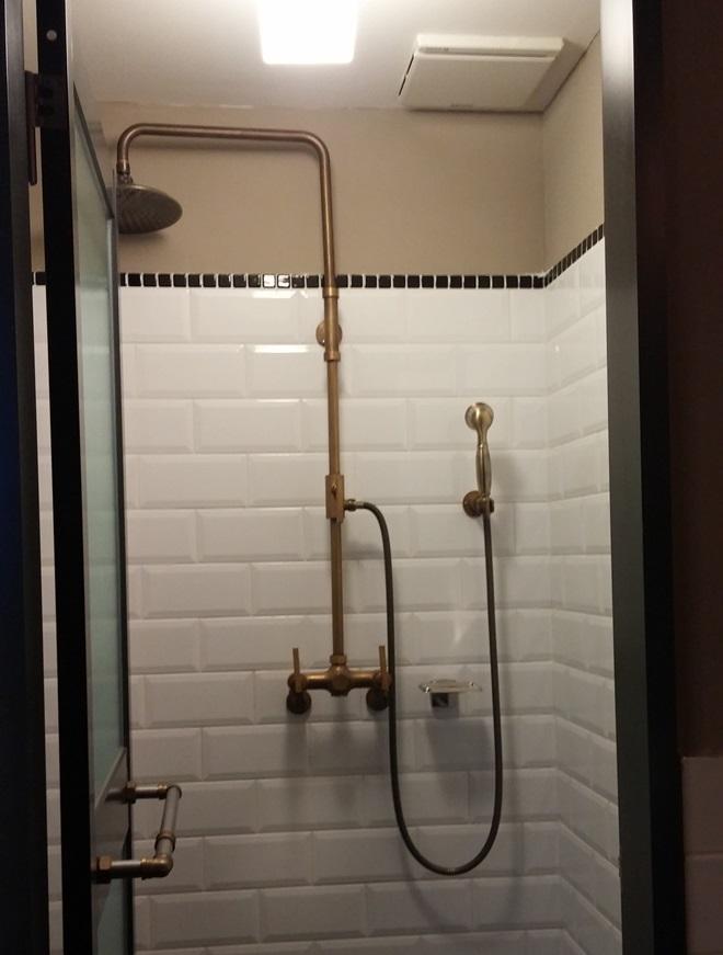台湾 台北 西門 ホテル パパ ホエールの客室のシャワールーム