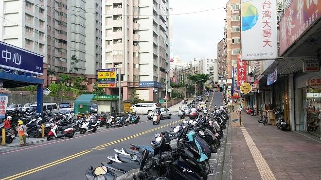 台湾 淡江大学の東側の通り「大忠街」