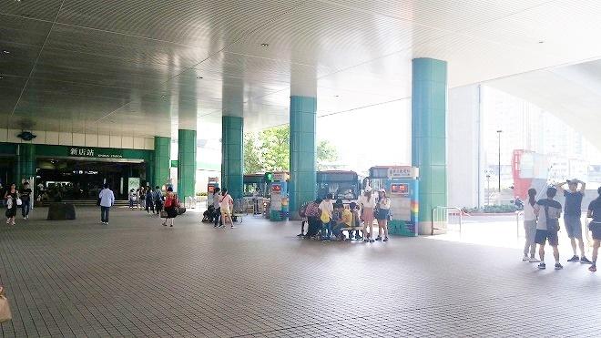 台湾・新北市新店。新店駅前のバスターミナル。
