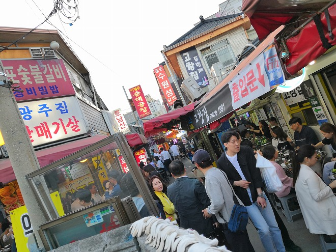 韓国、ソウル。鍾路3街駅・焼肉屋街で焼肉2