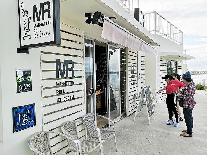 豊見城市 瀬長島ウミカジテラス「Manhattan Roll Ice Cream」店の外観