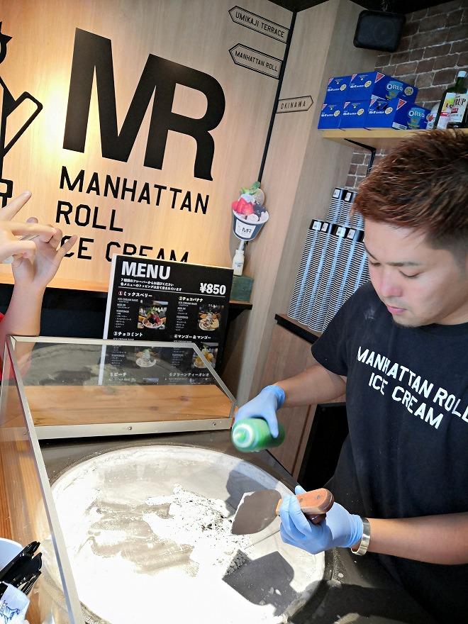 豊見城市 瀬長島ウミカジテラス「Manhattan Roll Ice Cream」店内