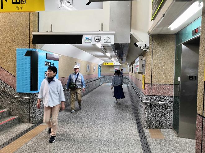 台鉄(台湾鉄道)瑞芳駅のプラットフォーム間の地下の渡り廊下