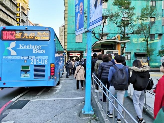バスで九份へ