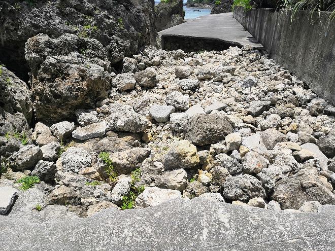 沖縄県八重瀬町「玻名城ビーチ」崩落した道