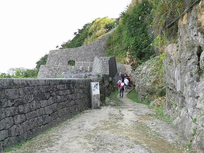 沖縄戦により天井部分と左の石積みがなくなった「暗しん御門」