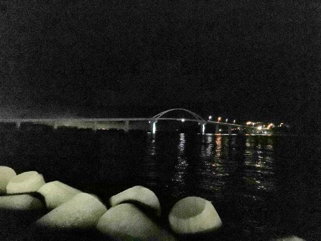 沖縄県本部町「瀬底大橋」の夜景