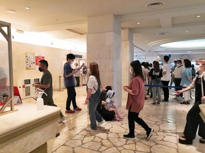 沖縄美ら海水族館 チケット売り場の行列