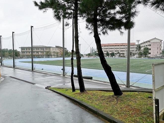 沖縄-県道84号名護本部線 公立名桜大学 グラウンド