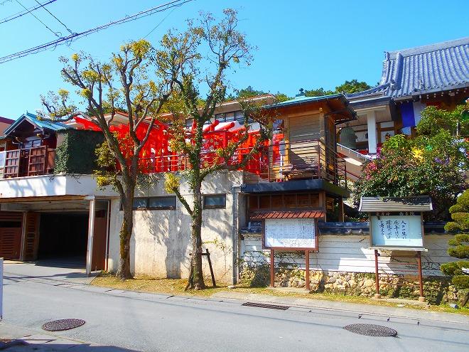 首里 西来院(達磨寺)駐車場の上に「稲荷大明神」の鳥居群