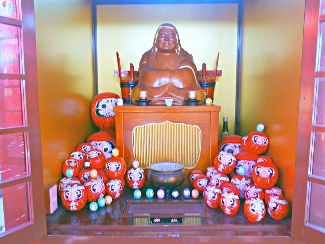 首里 西来院(達磨寺)金運神社 たくさんの達磨