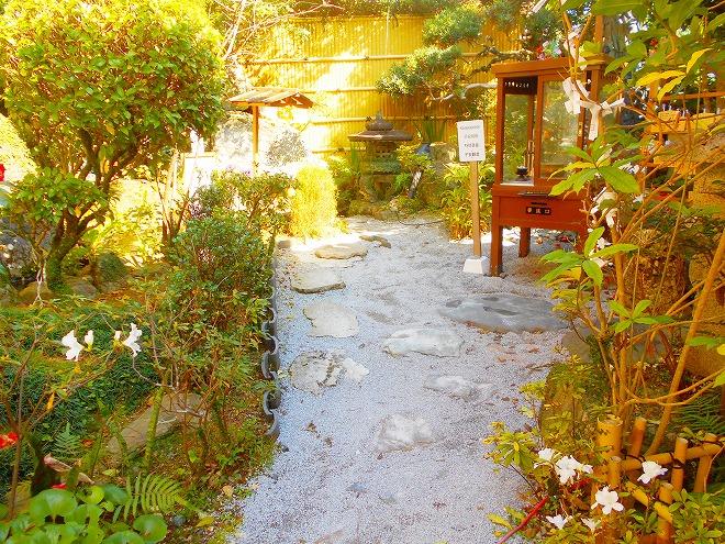 首里 西来院(達磨寺)山門右手の小さな庭園