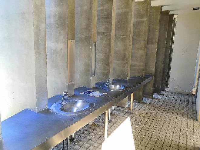 沖縄 組踊公園の駐車場前のトイレの手洗い場