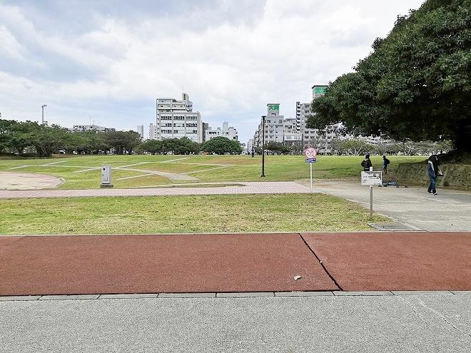 那覇新都心公園 広い芝生の広場