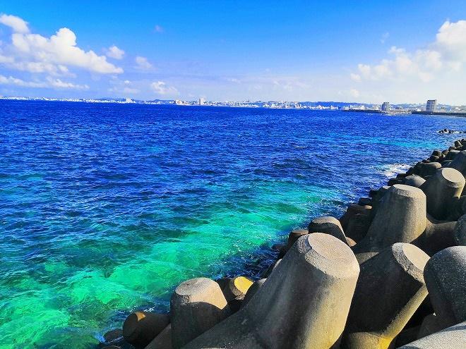 宜野湾 平和記念モニュメント傍の海