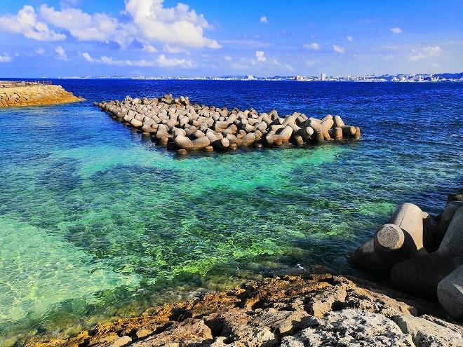 宜野湾 トロピカルビーチ出島 波を砕くためのテトラポット
