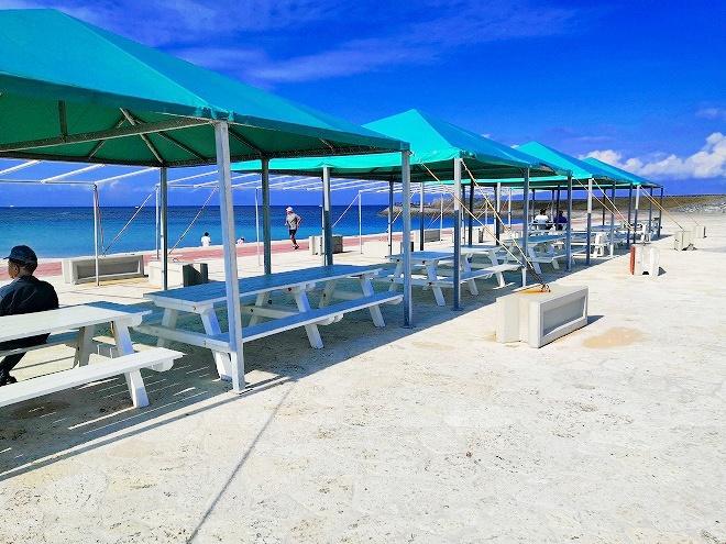 宜野湾 トロピカルビーチ出島 テントとベンチ
