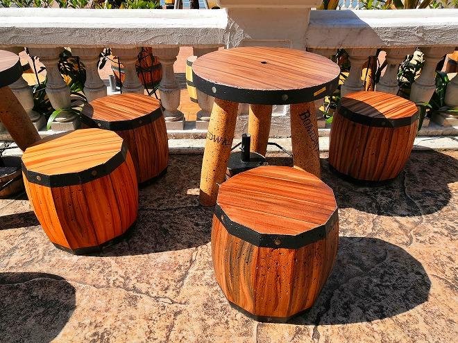 北谷デポアイランド・シーサイド サンセットウォーク北谷 樽のテーブルセット