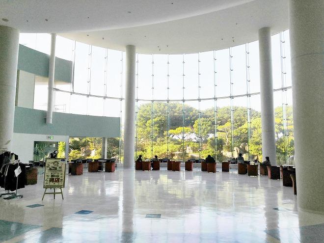 医療法人おもと会 大浜第一病院 吹き抜けのホール「ふれあいホール」