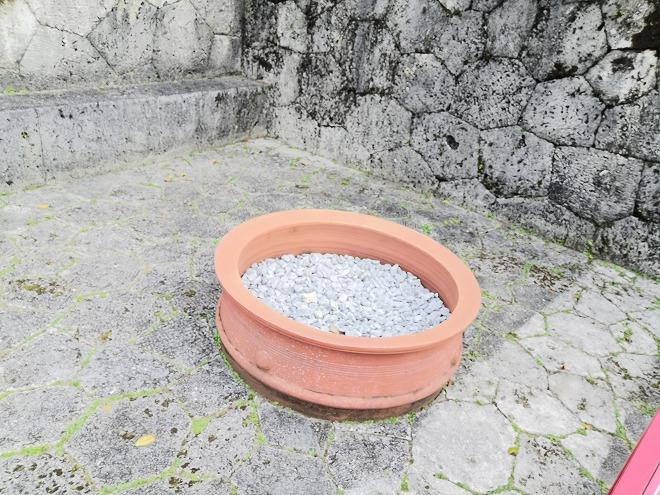 首里城 下之御庭 奉神門前の「天水甕(てんすいがめ)」