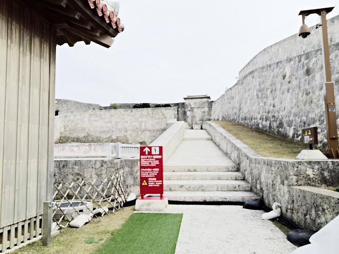 那覇 首里城 世誇殿を出て「東のアザナ(物見台)」への石畳