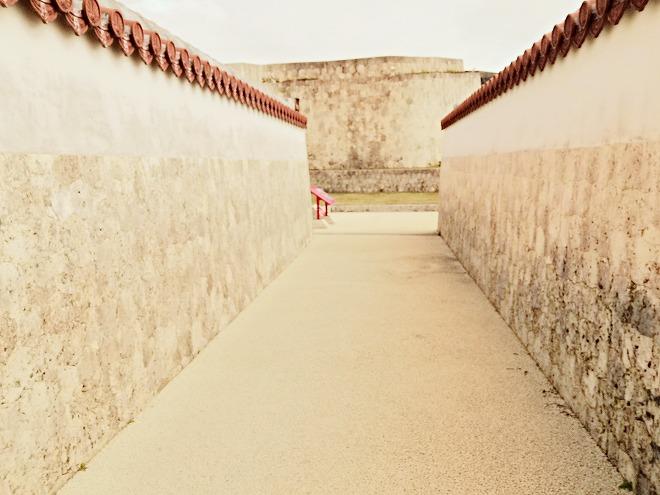 那覇 首里城 世誇殿(よほこりでん)の横の通路