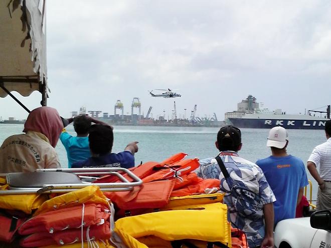 那覇港新港ふ頭 那覇ハーリー・海上保安庁のヘリによる人命救助のデモンストレーション