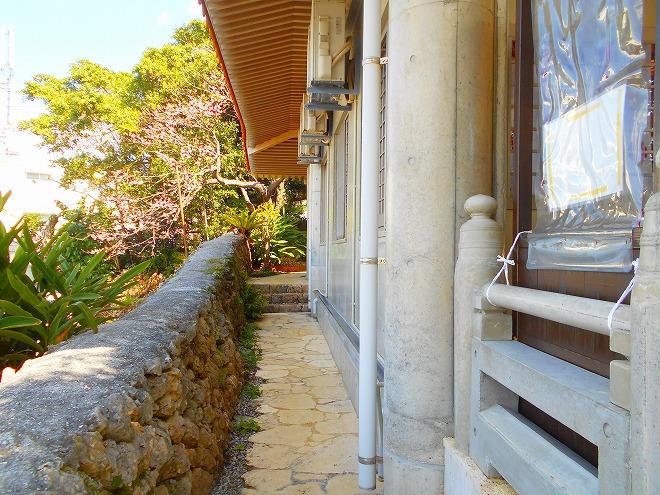 那覇 琉球八社 識名宮 拝殿の左側の通路