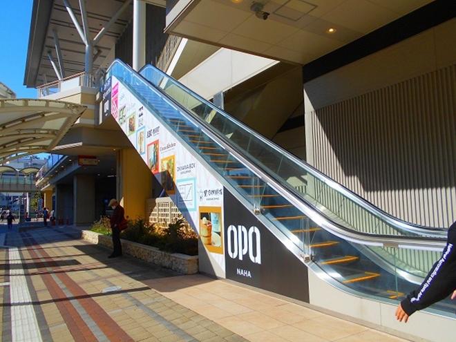 カフーナ旭橋・新那覇バスターミナル 2階から1階に降りるエスカレーター