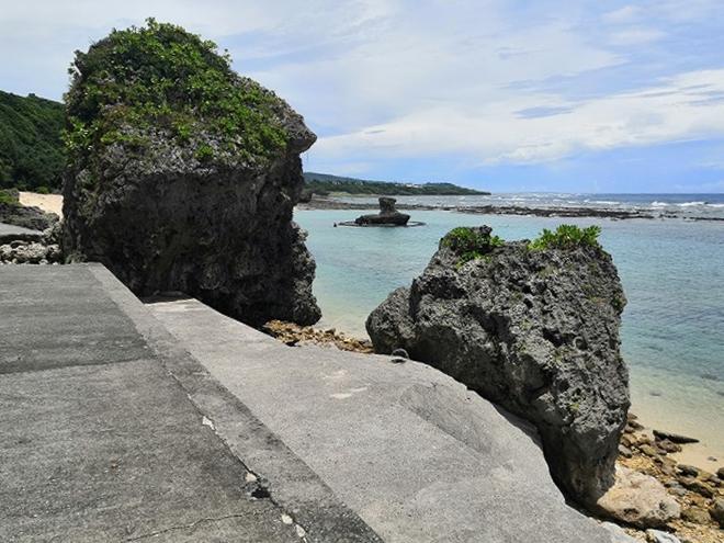 沖縄県八重瀬町「玻名城ビーチ」奥側