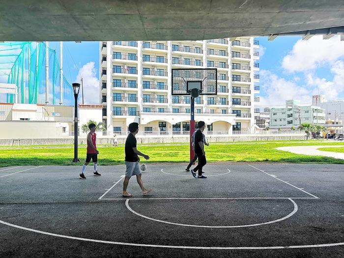 「那覇西道路」の高架下のバスケットリング