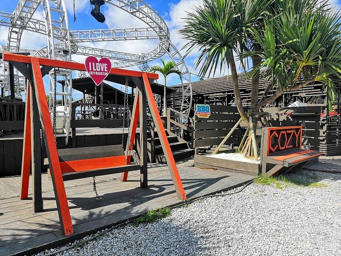 那覇ビーチリゾート「コージー ビーチ クラブ」入口のラブ ベンチ