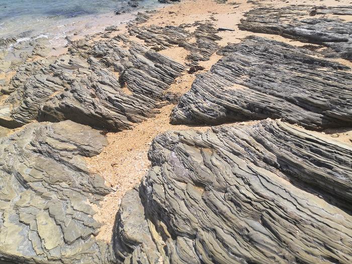 金武町 渡慶頭ビーチ 同じ波紋を持つ岩群