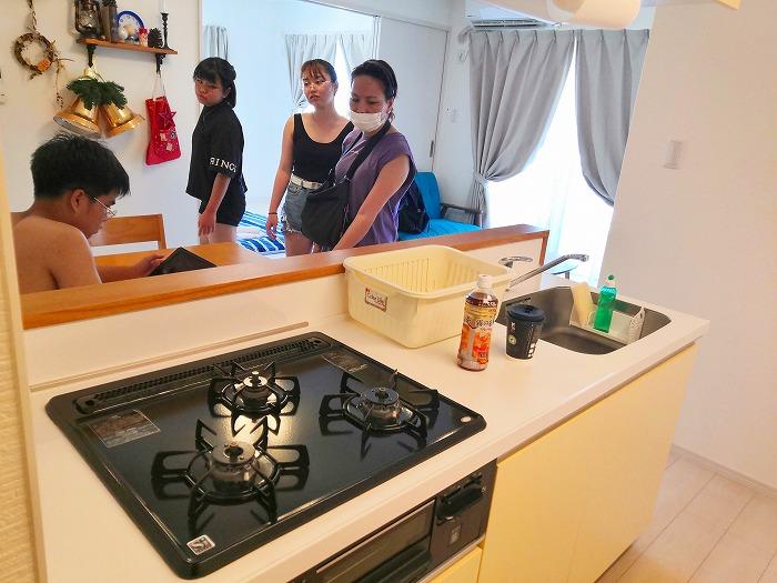 沖縄県金武町屋嘉「スノーボールコンドミニアム」黄色のミセス スノーボール棟のアイランドキッチン