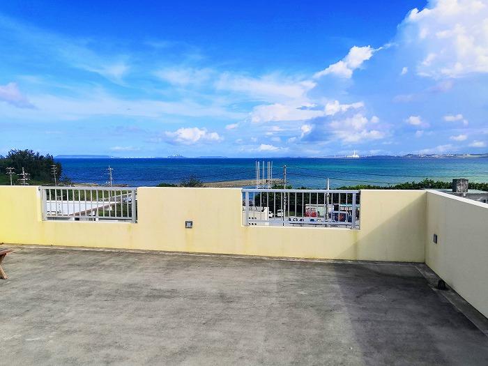 沖縄県金武町屋嘉「スノーボールコンドミニアム」黄色のミセス スノーボール棟の屋上からの金武湾の眺め