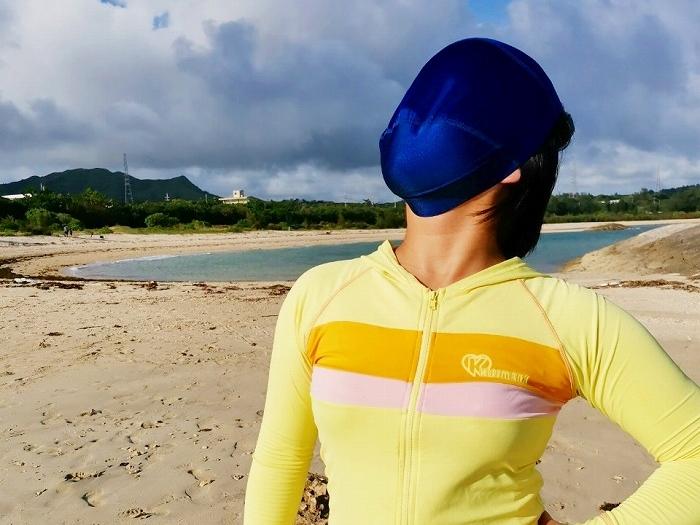 沖縄県金武町 伊芸海浜公園 伊芸ビーチ 顔にマスクをかぶる女